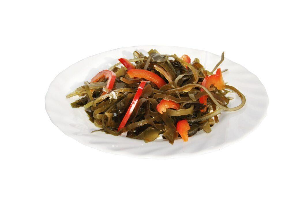 Оригинальный салат с морской капустой и кукурузой.
